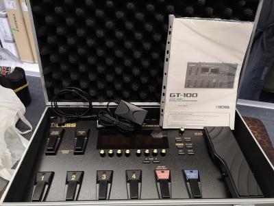 Boss GT 100 con hard case usata